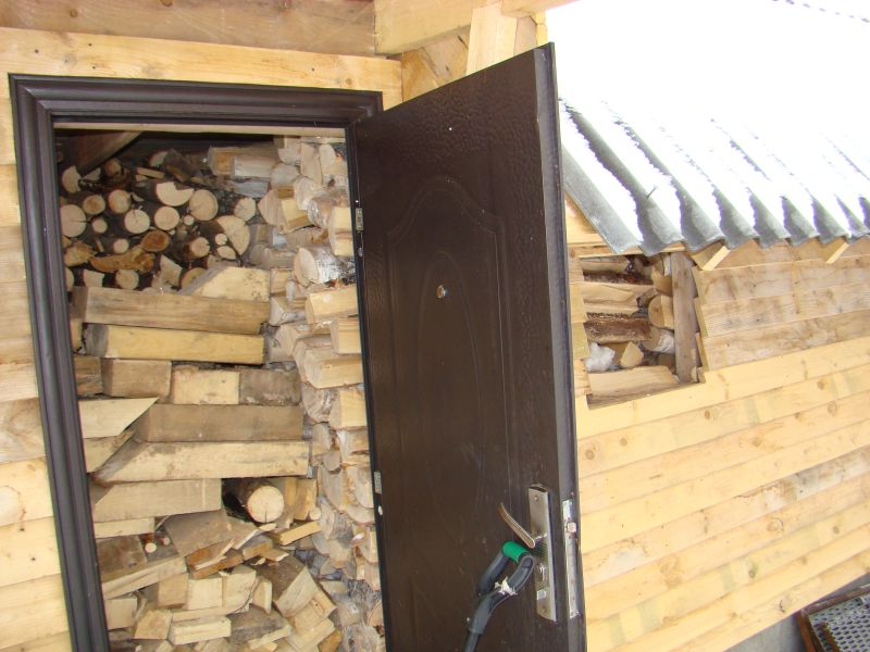 Забитый дровами дровяник
